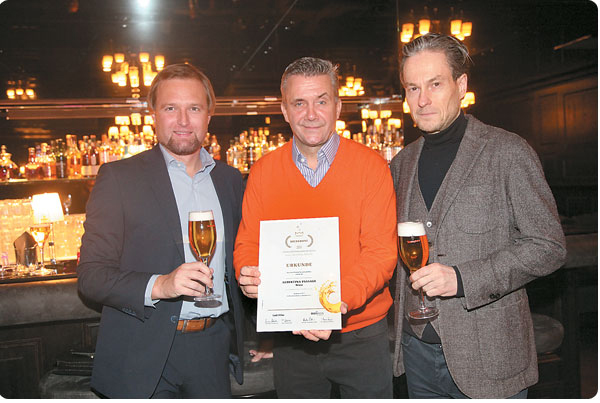 Matthias Kamp (Mitte, Albertina Passage) freut sich über die schöne Auszeichnung. Im Bild mit Brau-Union Verkaufs-Dir.Mag.Bernhard Mitteröcker (li) und Heimo Oberortner (Albertina Passage)
