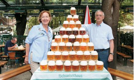 Erste Bierpyramide im Schweizerhaus