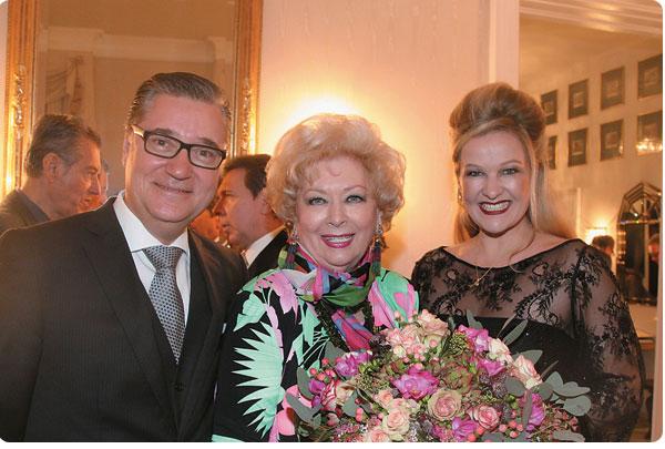 Blumen für die elegante Gastgeberin Konsulin Birgit Sarata