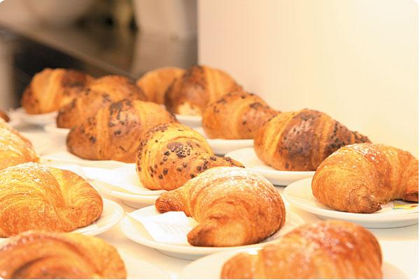 Zum Capuccino eines der köstlichen Croissants genießen!
